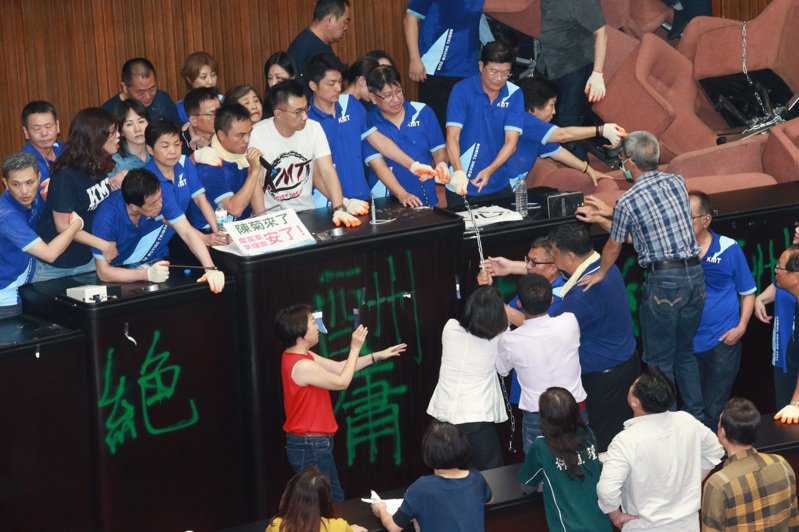 藍委夜襲占領議場,20小時後被綠委仗人數優勢清場,修憲廢考、監兩院的話題浮出檯面。記者黃義書/攝影