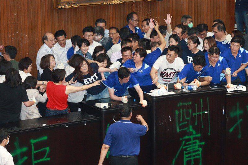 藍委占領議場20小時,綠委以優勢人力清場,雙方爆發衝突。 圖/聯合報系資料照片