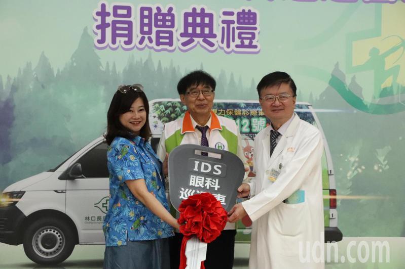衛生福利部中央健康保險署長李伯璋(中)參加捐贈儀式,他指出,遠距醫療已成未來的趨勢。記者陳夢茹/攝影