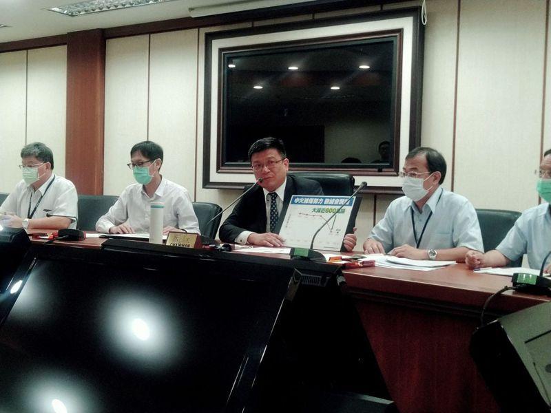 經濟部次長曾文生召開記者會說明中火2號機點火爭議。記者黃有容/攝影