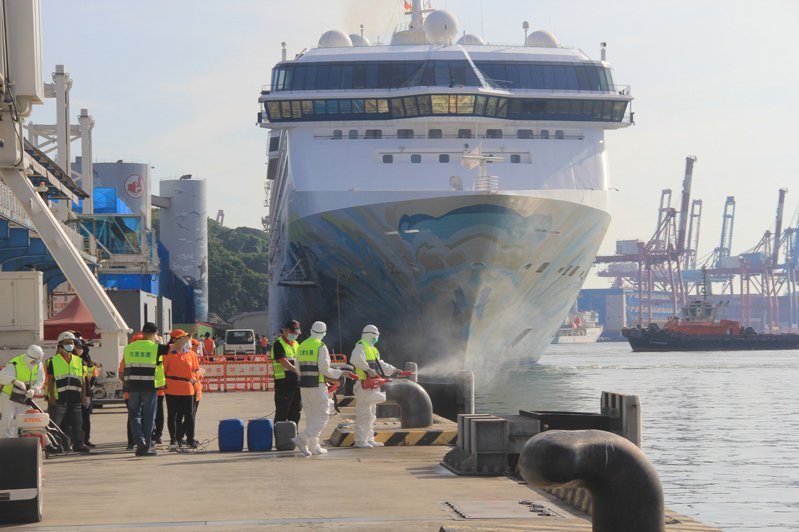 星夢郵輪探索夢號今天駛進基隆港,疾管局安排郵輪內外消毒,588名船員接受隔離檢疫。記者邱瑞杰/攝影