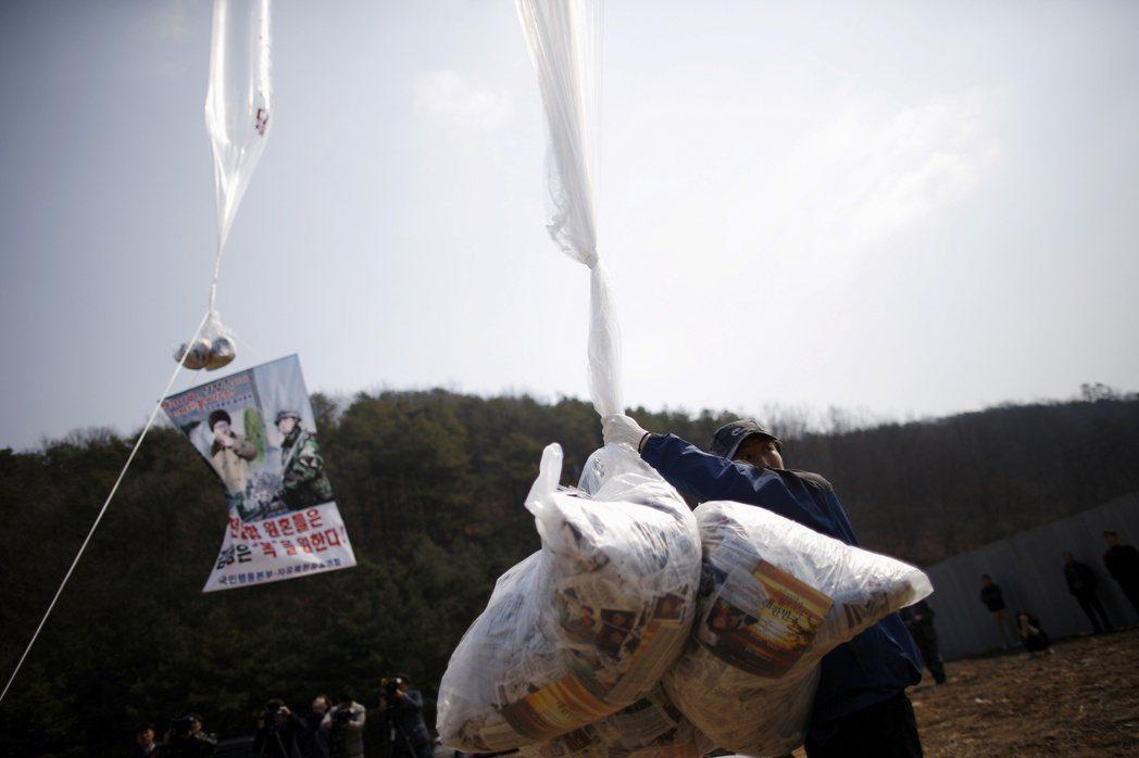 脫北者團體2016年3月在南韓坡州施放氣球空飄反北韓傳單。北韓近來斥責南韓縱容這...