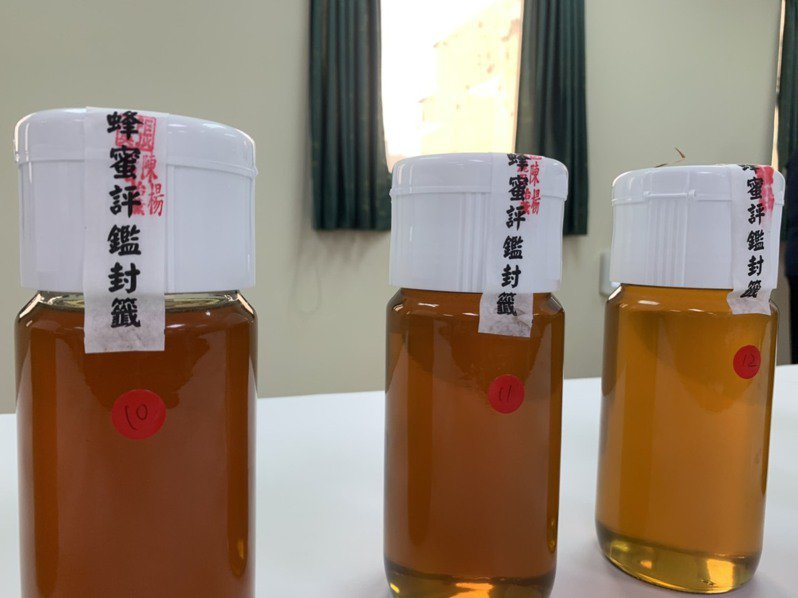 高雄市農業局舉辦高雄市龍眼蜂蜜評鑑,評選出優質龍眼蜂蜜。圖/高雄市農業局提供