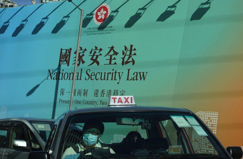 大陸全國人大常委會30日表決通過訂立「港區國安法草案」。圖為香港街頭的國安法廣告看板,包括「保一國兩制,還香港穩定」字樣。美聯社