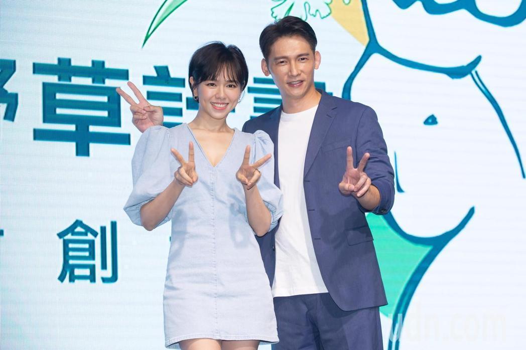 溫昇豪(右)、夏于喬出席2020第二屆野草計畫徵件記者會。記者季相儒/攝影