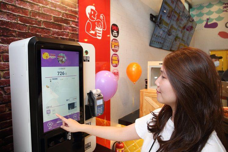 士林劍潭店首度導入自動點餐系統,並會支援人臉辨識。記者陳睿中/攝影