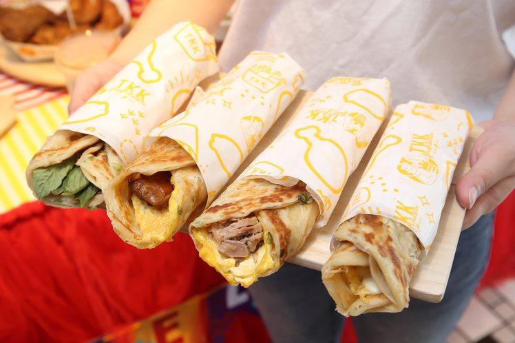 士林劍潭店將推出九層塔蛋、起司蛋、鮪魚蛋、烤雞等4種口味的蔥抓餅早餐,每份55元...