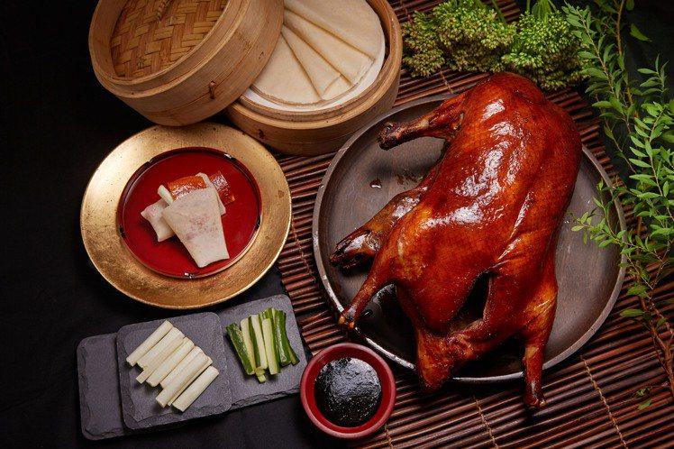 品嘗國賓川菜廳招牌掛爐烤鴨套餐,免費入住全新客房。圖/台北國賓提供