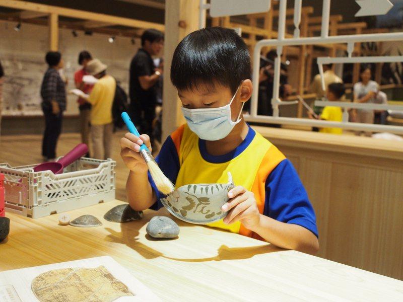 宜蘭縣內國小學童今天擔任試玩體驗員,體驗清理出土文物。圖/宜蘭縣政府提供