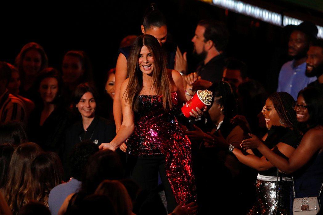 MTV電影獎因新冠肺炎將頒獎典禮延後,珊卓布拉克走過一堆觀眾的畫面,也因防疫恐無...
