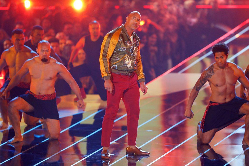 巨石強森(中)與一堆猛男在MTV電影獎頒獎典禮合作演出,今年因防疫,典禮上應該不...