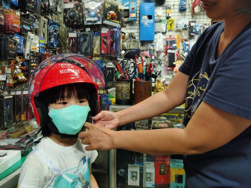 有的孩子頭圍小,家長想找頂合適的兒童安全帽不容易。記者蔡容喬/攝影