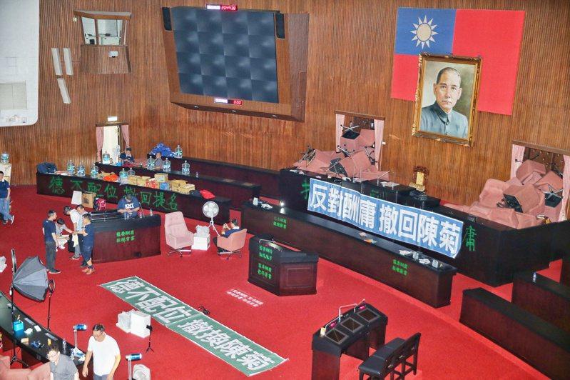 國民黨立委為反對民進黨讓陳菊就任監察院長,占領立法院議場,讓修憲廢考監的議題再起。圖/聯合報系資料照片