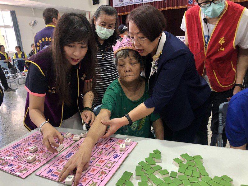高雄市遠宏國際同濟會結合華山基金會舉辦關懷活動,陪伴長輩玩遊戲。圖/華山基金會提供