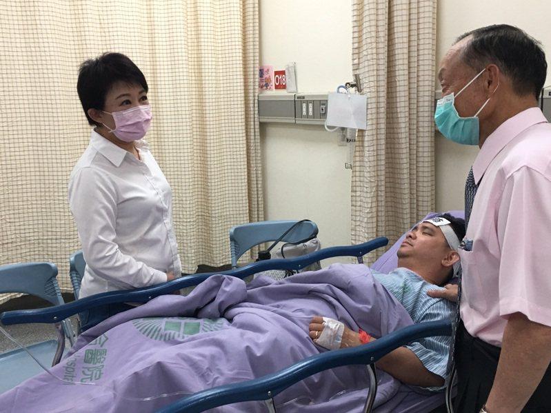 台中市長盧秀燕(左)到醫院探視市議員黃健豪。圖/台中市政府提供