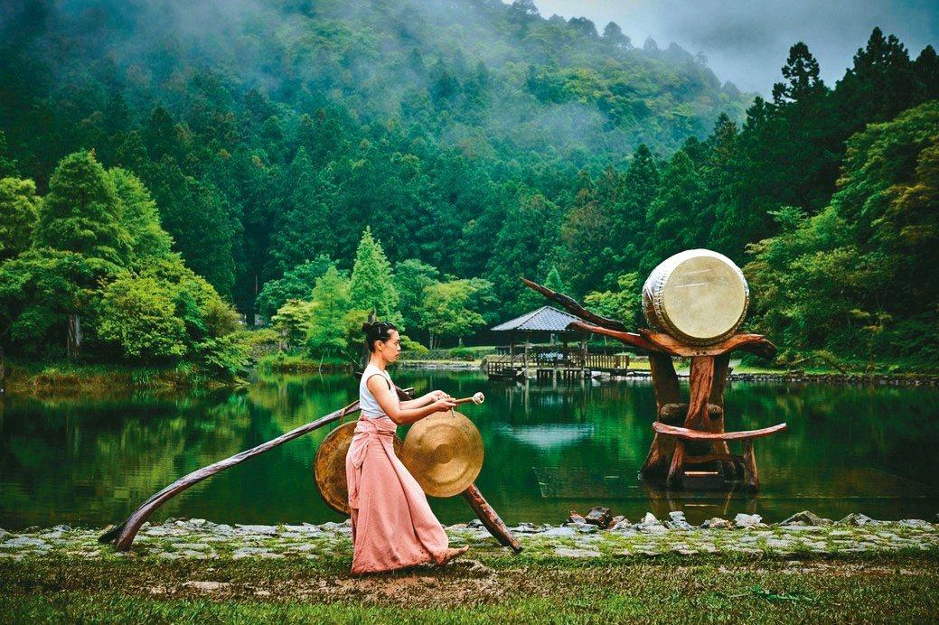 優人神鼓的藝術表演結合明池之美,帶來療癒心靈的力量。力麗觀光/提供