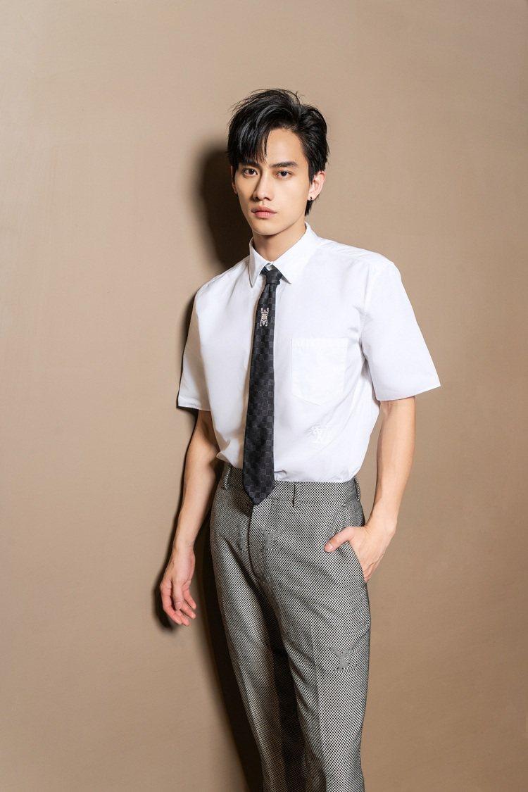 范少勳穿LV²刺繡短袖襯衫29,500元、Micro Damier窄管西裝褲40...