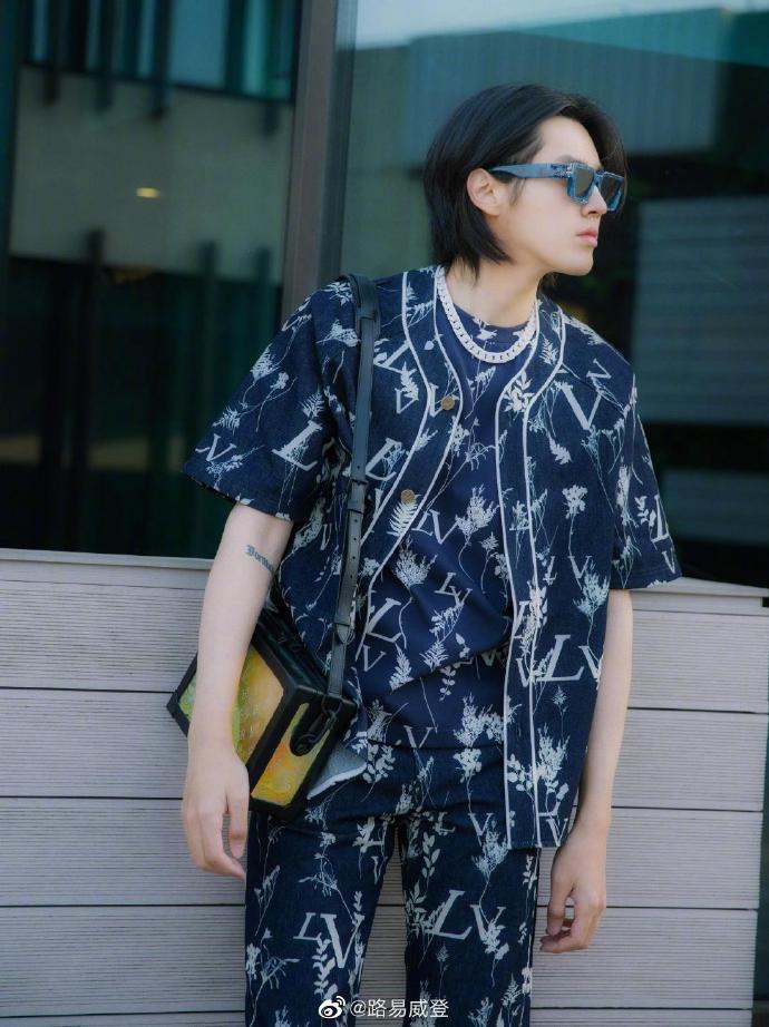 吳亦凡詮釋LV和葉子混搭圖案的早秋男裝襯衫。 圖/取自微博