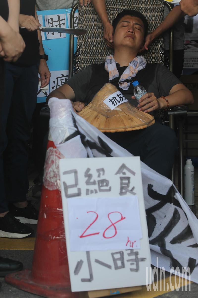 國民黨議員羅廷瑋前往中火絕食抗議啟動二號機,今天已進入第二天。記者黃仲裕/攝影
