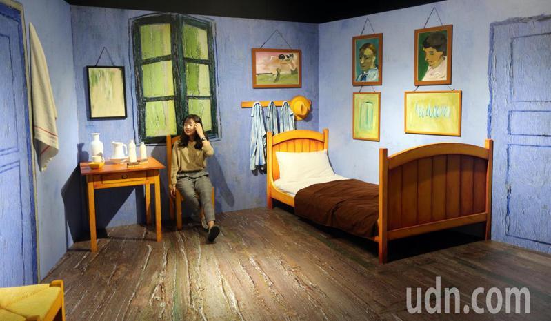 「再見梵谷-光影體驗展」還模擬梵谷房間,讓民眾輕易感受藝術。記者劉學聖/攝影