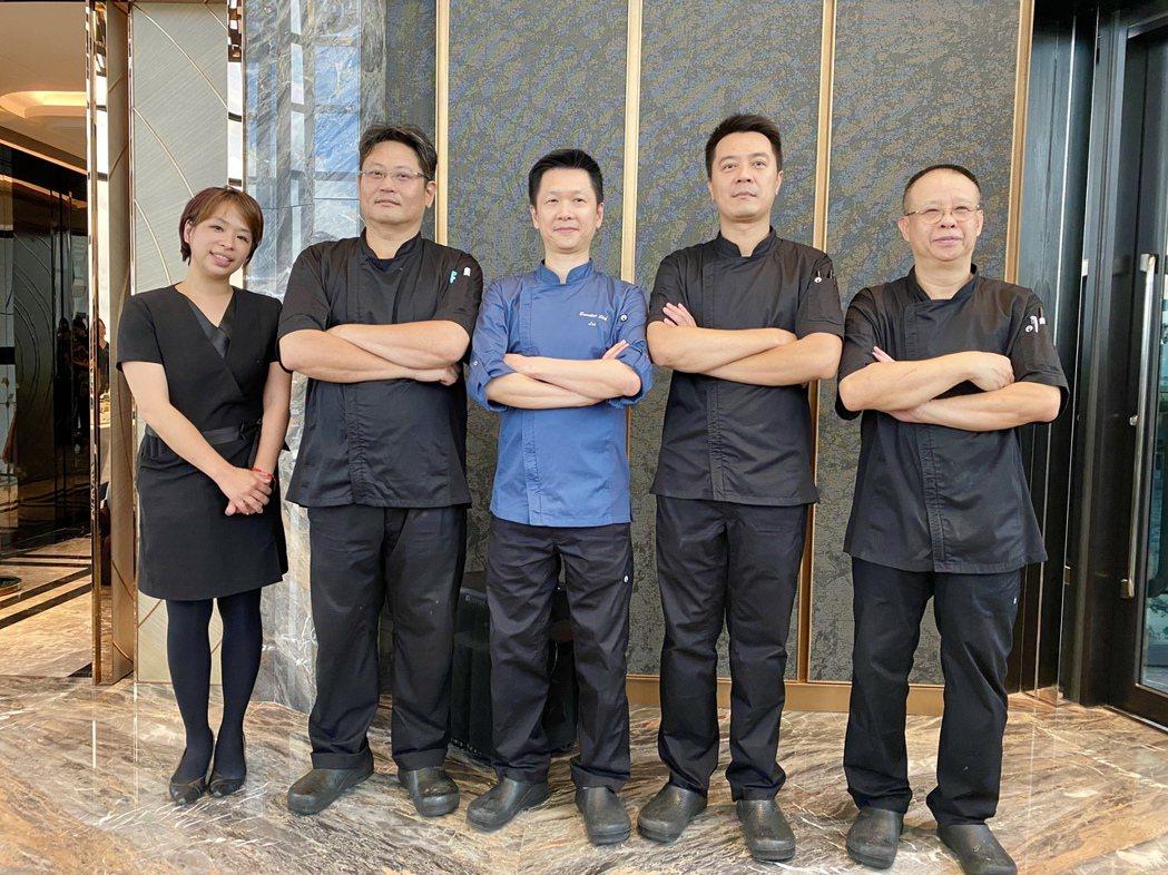 「頂粵吉品」行政總主廚賴遠輝(中)所帶領的主廚團隊進駐,讓社區整體餐飲品質更加精...