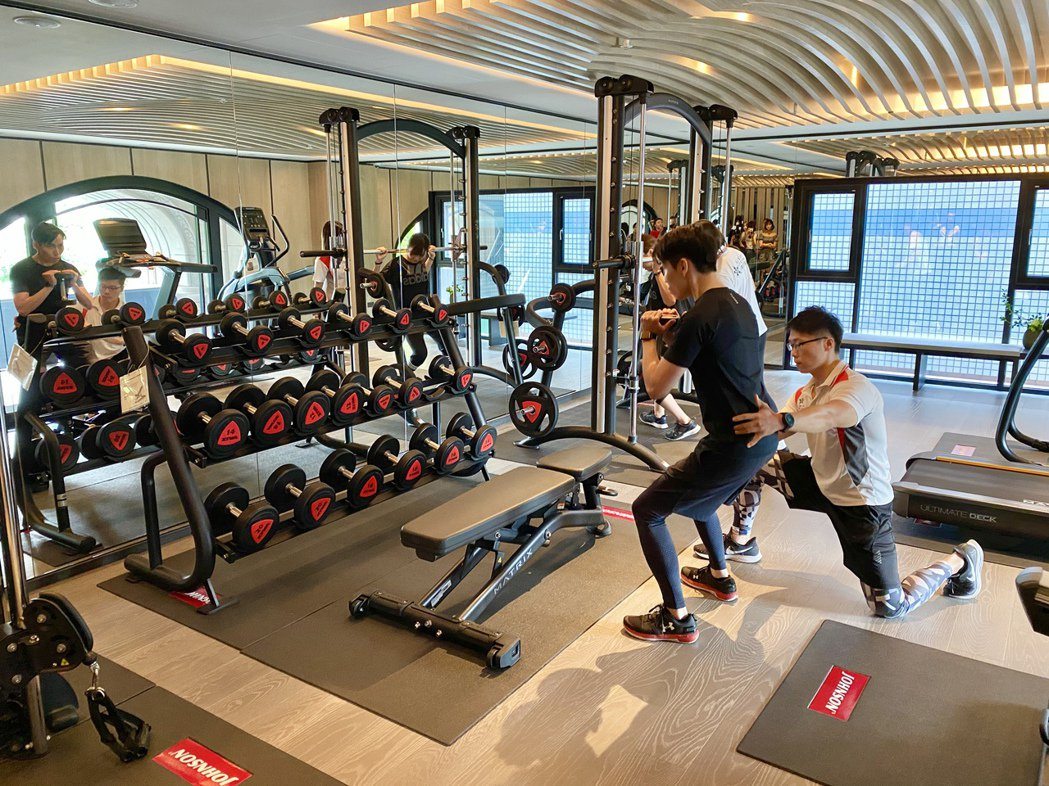 社區健身房找來專業優漾複合運動會館合作,每周規劃團體課程供住戶報名。記者宋健生/...
