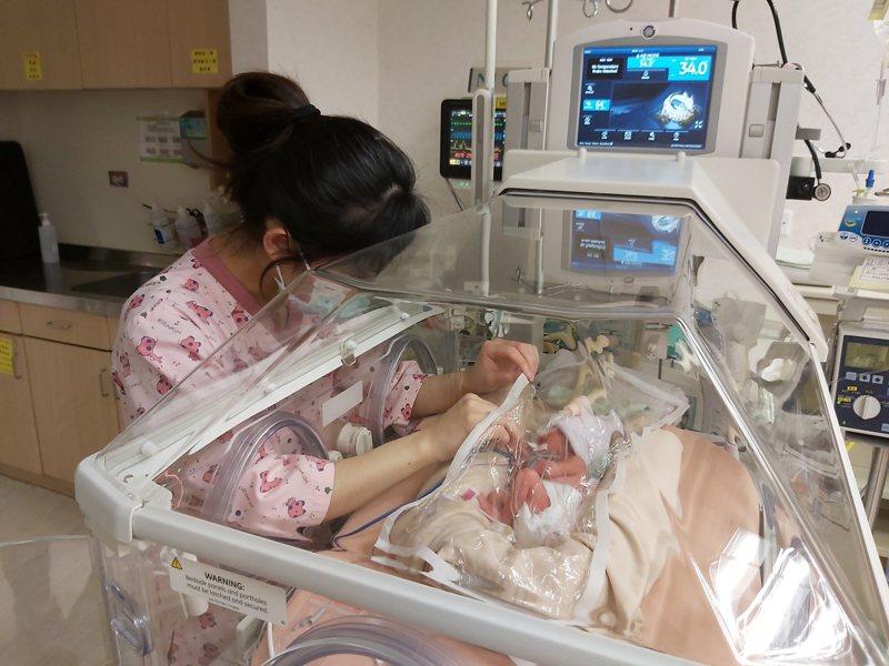 「麥當勞叔叔之家慈善基金會」捐贈2台「重症加護型新生兒保溫箱」,提供需要的早產兒使用。圖/門諾醫院提供