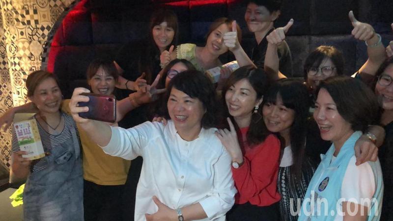 嘉義市長黃敏惠拿起手機,與飯店業員工玩起自拍。記者李承穎/攝影