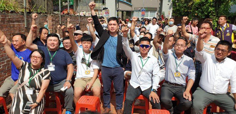 罷免王浩宇總部成立,發起人唐平榮(前右四)與在場者喊口號打氣。記者鄭國樑/攝影