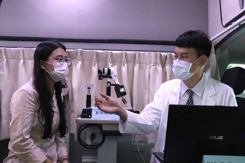國際扶輪社昨捐贈一輛配備齊全的眼科巡迴醫療車給長庚醫院,造福偏鄉地區。記者陳夢茹/攝影