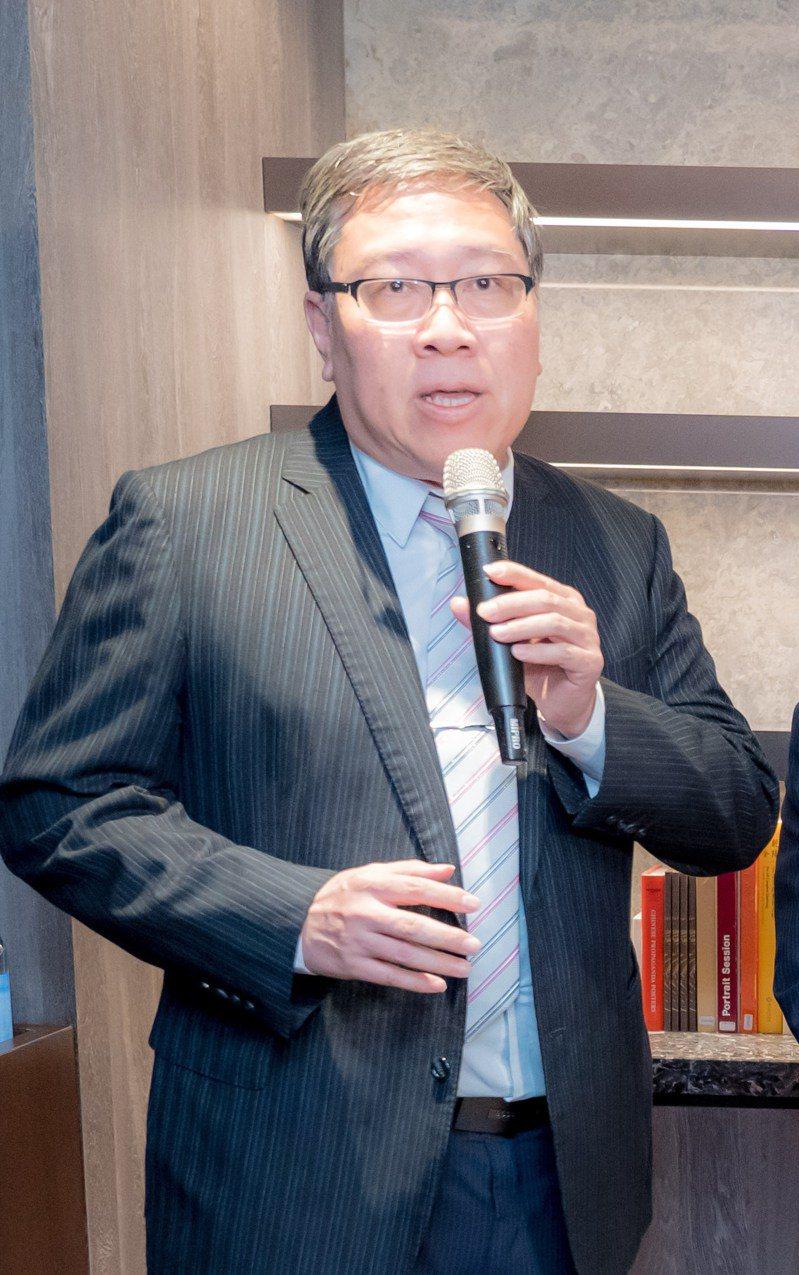 台灣肺癌學會理事長陳育民提醒,癌友如果被告知換藥時,應請醫師解釋換藥後可能面臨的問題,確保自身權益。圖/陳育民提供