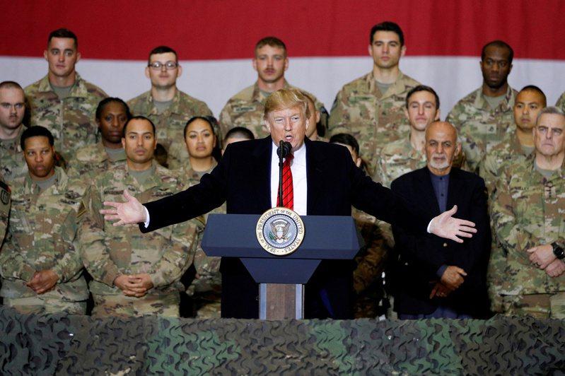 美國總統川普2019年11月密訪阿富汗美軍基地。(路透)