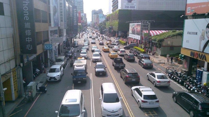 台中交通車流量大,議員指交通事故死亡人數增加暴增102%、六都最高,但警察局表示車禍死傷人數已較去年同期降低。 圖/台中市府提供