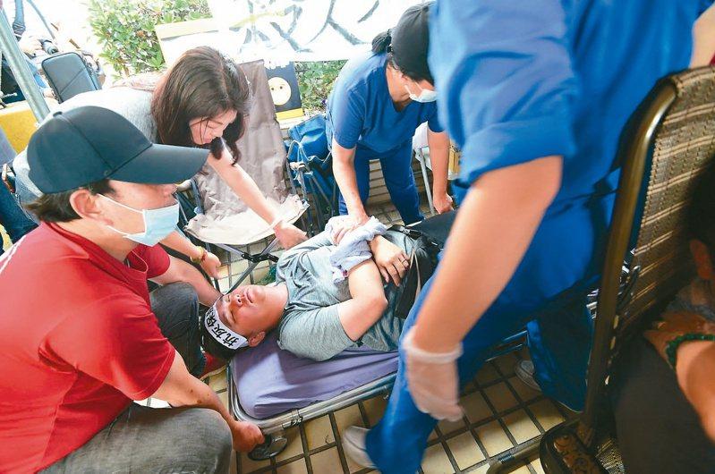 國民黨市議員黃健豪在中火夜宿抗議二號機啟用,絕食廿八小時後體力不支昏倒送醫。 記者黃仲裕/攝影