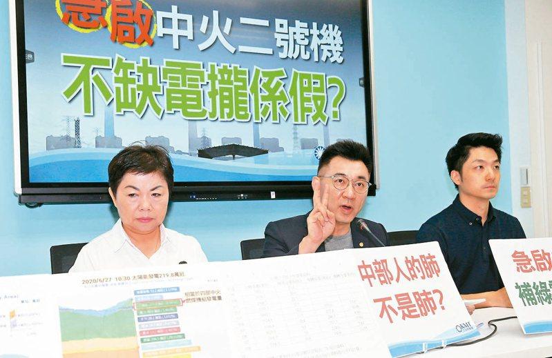 國民黨主席江啟臣(中)呼籲政府重視空汙對中部人健康的危害。 記者曾吉松/攝影