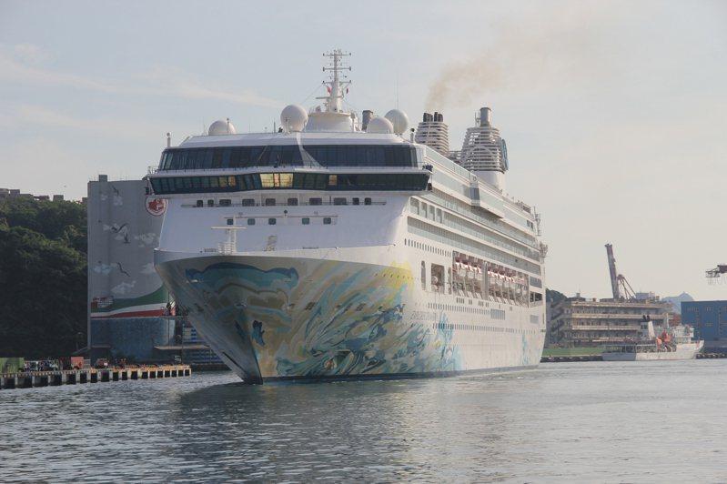 星夢郵輪探索夢號昨天駛進基隆港,停靠西岸碼頭。記者邱瑞杰/攝影