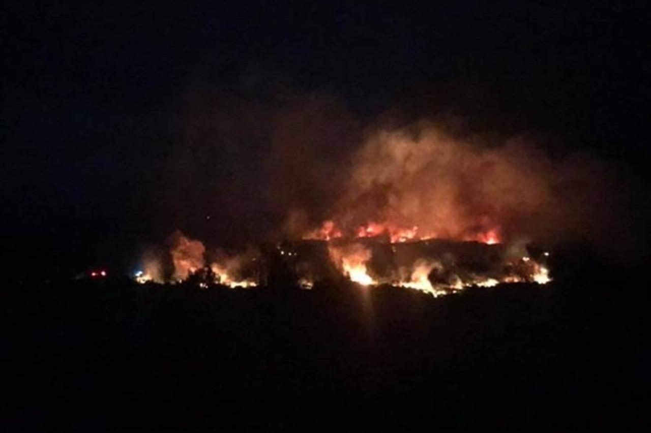 綠島牛頭山旁雜草燃燒 消防隊漏夜滅火