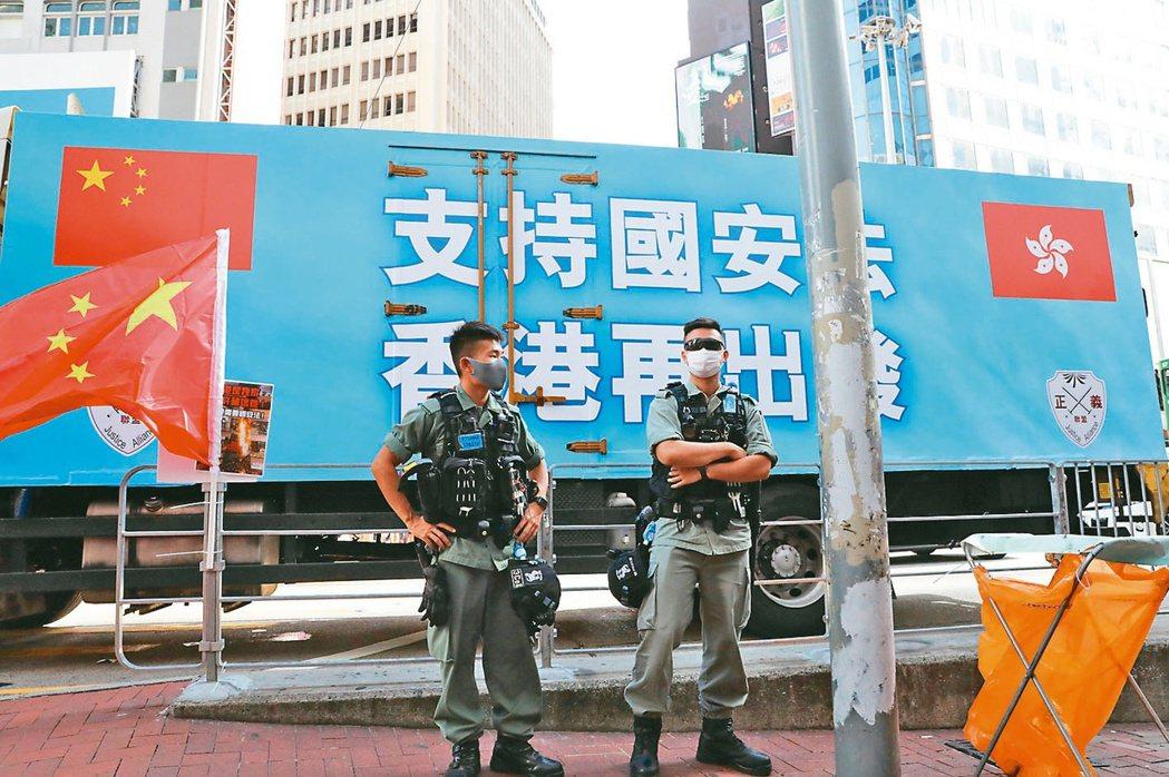 香港銅鑼灣大型車輛宣傳港版國安法,街頭警察執勤。 香港中通社