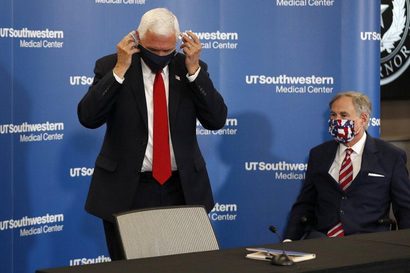 美國副總統潘斯(左)和德州州長艾伯特(右)廿八日戴上口罩,準備參加在達拉斯的一場記者會。(美聯社)