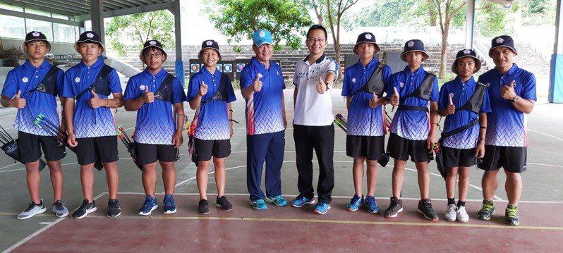 卓溪國小校長田楊橋(左五)致力於偏鄉射箭教育,曾出國拿下金牌好成績。圖/田楊橋提供
