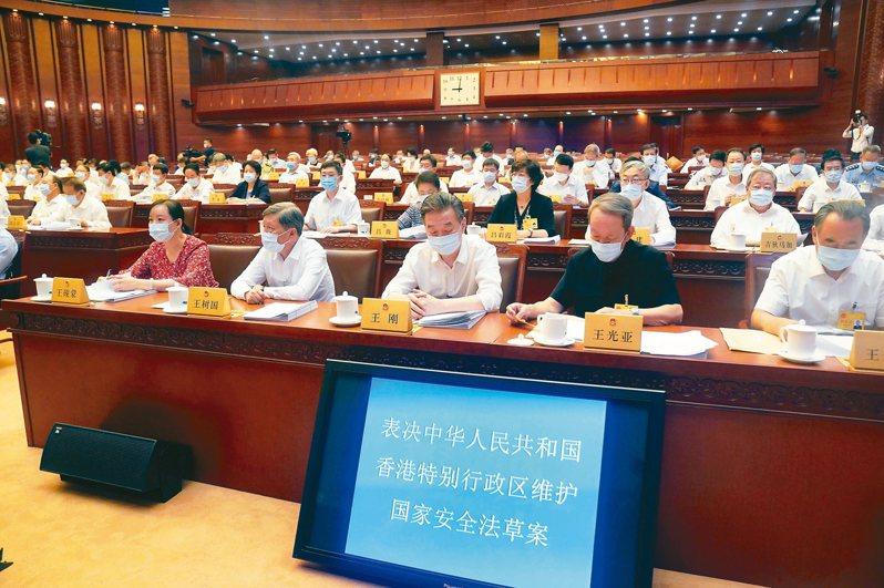 大陸全國人大常委會6月30日全票通過「香港特別行政區維護國家安全法」(簡稱《港版國安法》)。 新華社