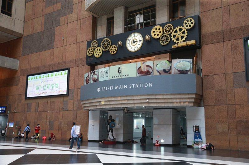 台鐵正評估在台北車站大廳咕咕鐘底下增加40張椅子。記者黃義書/攝影