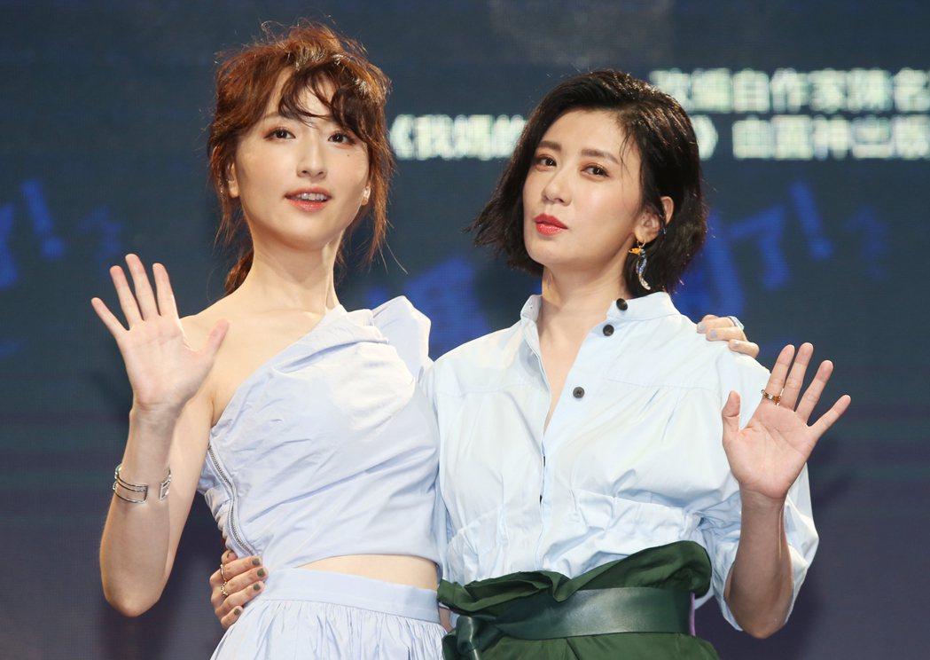 《媽,別鬧了!》卡司發布,賈靜雯(右)柯佳嬿(左)。記者曾學仁/攝影