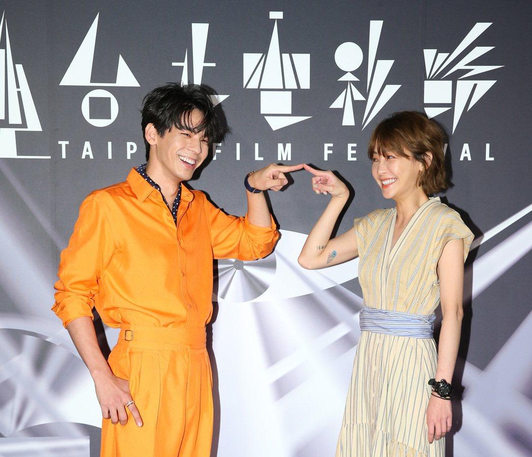 謝欣穎(右)與林柏宏出席「怪胎」首映。記者林澔一/攝影