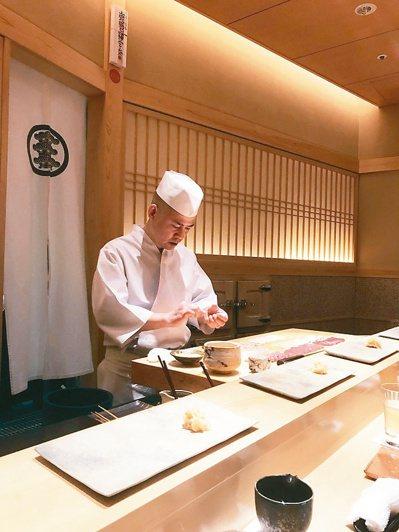 齋藤師傅做壽司,從靜到動宛如一場行動藝術。 圖/張聰提供