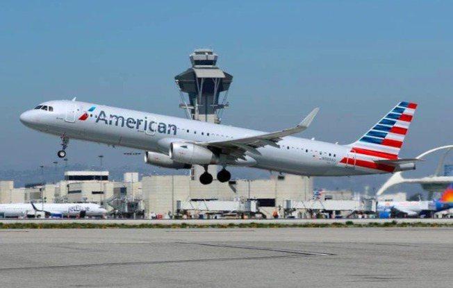 美國航空1日起滿載乘客飛行,規定戴口罩但沒有社交距離。路透