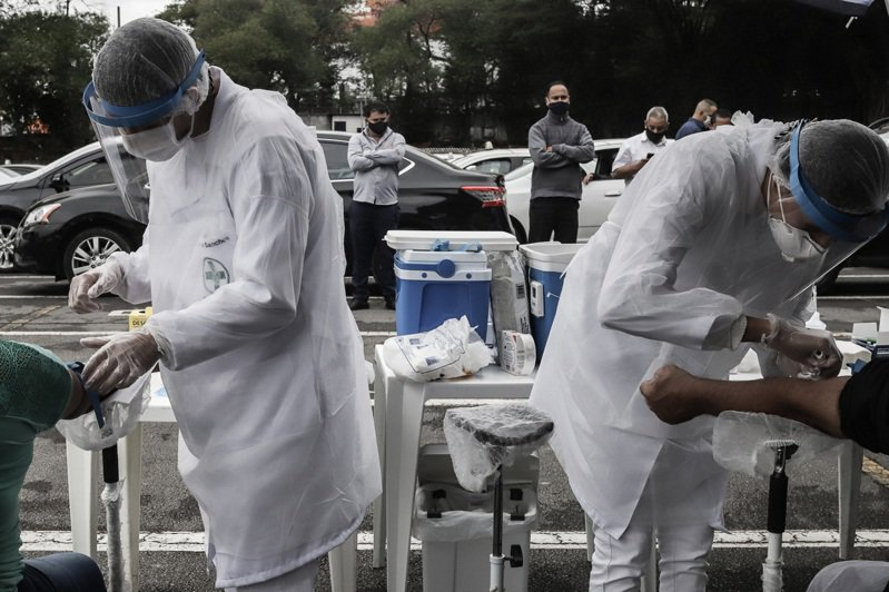 巴西境內今天新增1280人病逝,疫情是美國以外疫情最嚴重的國家;圖為巴西聖保羅市的出租車司機接受新冠病毒快速檢測。 新華社