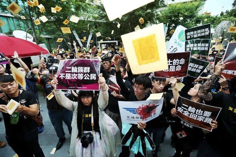 抗議公路總局長期忽略機車族權益及錯誤交通規劃,台灣機車路權促進會包圍公路總局,現場騎士灑金紙抗議。聯合報記者曾原信/攝影