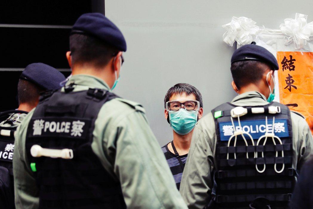 香港反對派與國際社會對於港版國安法的震驚與質疑,主要針對條例中「定罪模糊」、「司...