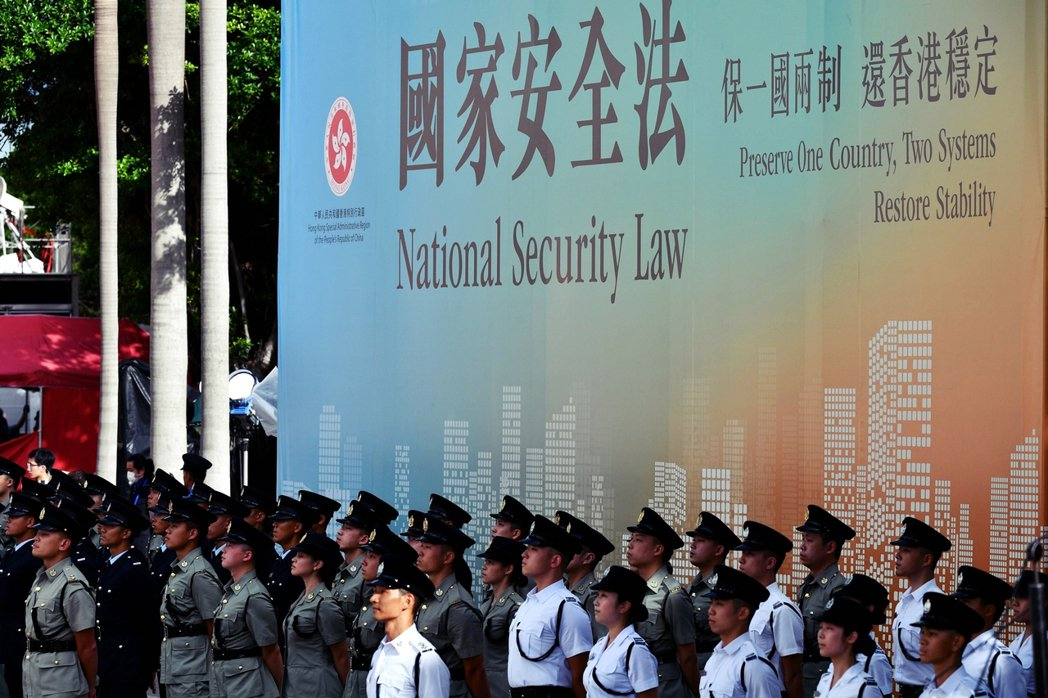 以香港立法會民主派議員為首的反對派,認為中國中央以片面且高壓的威嚇性手段通過了爭...